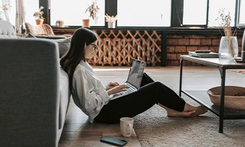 Image d'une femme sur ordinateur à la maison